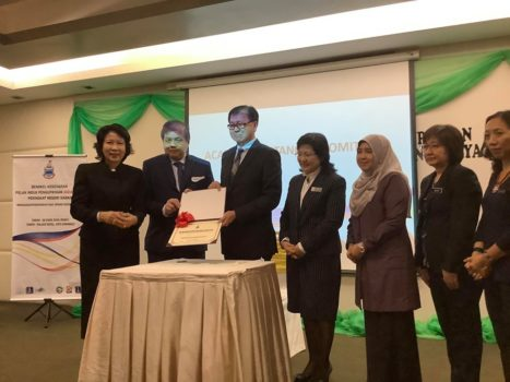 Sabah state minister of health together with other speakers and NCBM staff took a photo after the signing